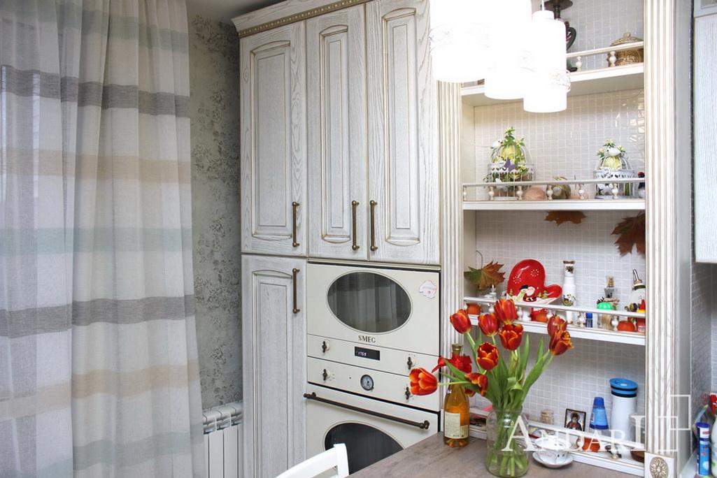 Духовой шкаф и встроенная печь СВЧ на кухне из массива