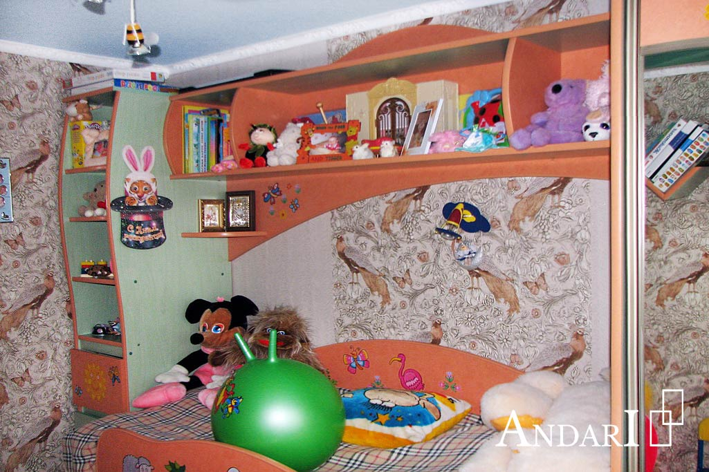 Полка для книг над кроватью в детской - Андари