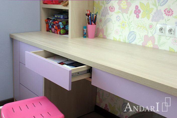 Стол с выдвижными ящиками без ручек в детской- Андари