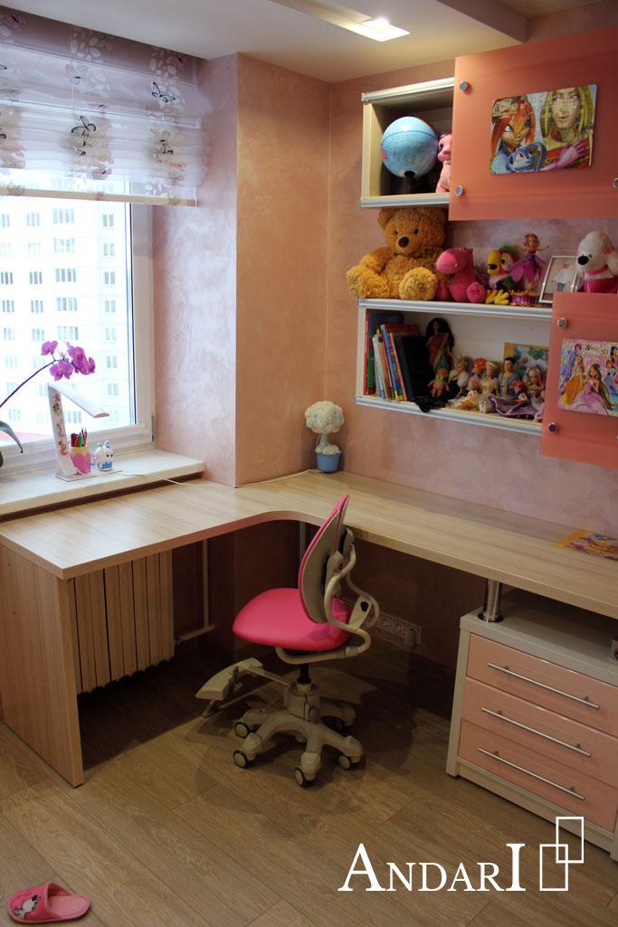 Угловой стол и навесные полки в детской - Андари