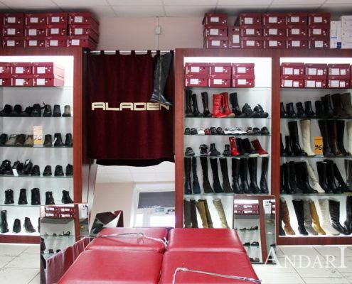 Витрины в магазине обуви Андари