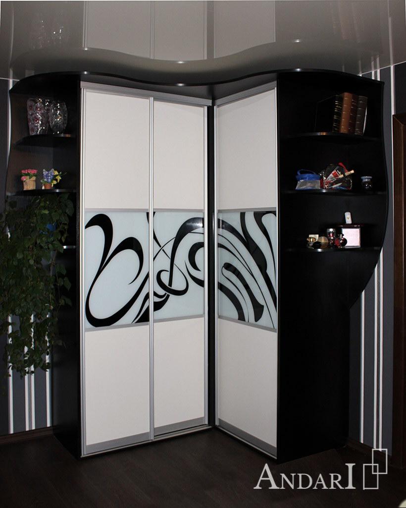 Угловой шкаф-купе с фотопечатью в гостиной - Андари