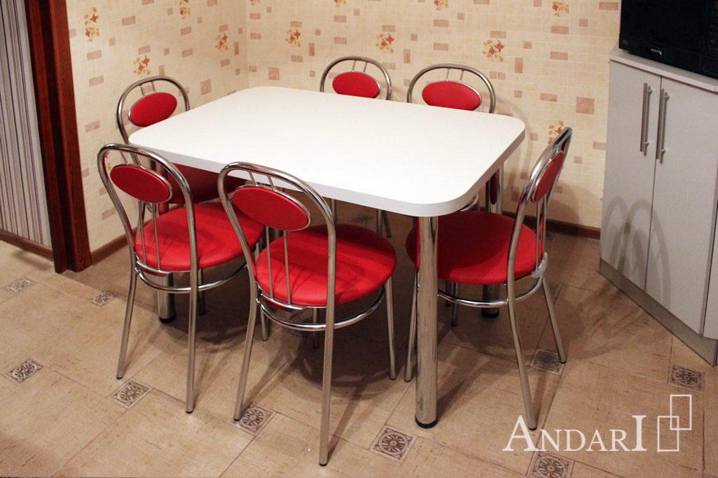 Белый обеденный стол с красными стульями на кухне - Андари