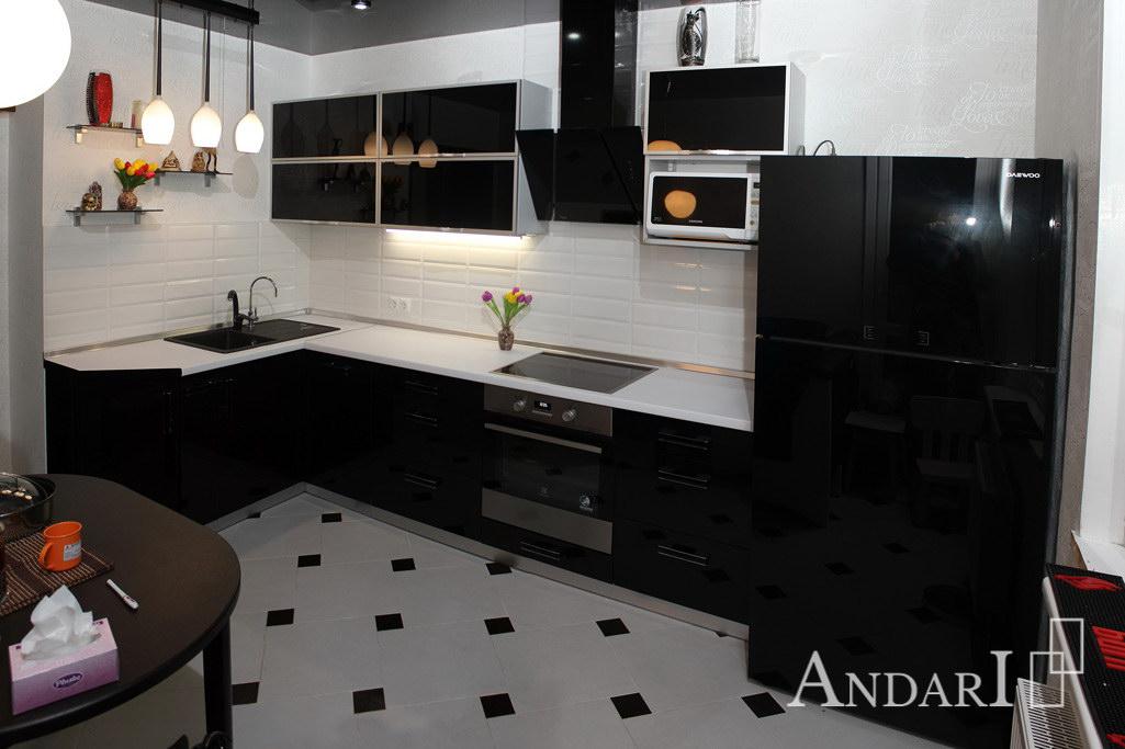 Угловая кухня с черным стеклом Андари