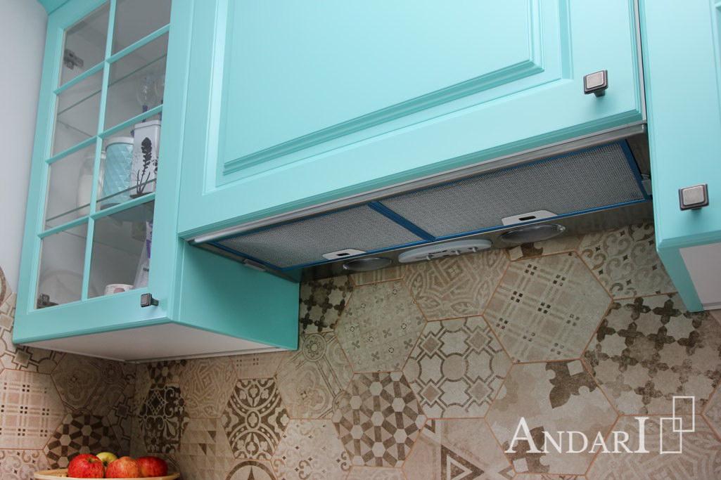 Встроенная вытяжка в угловой кухне из крашеного МДФ
