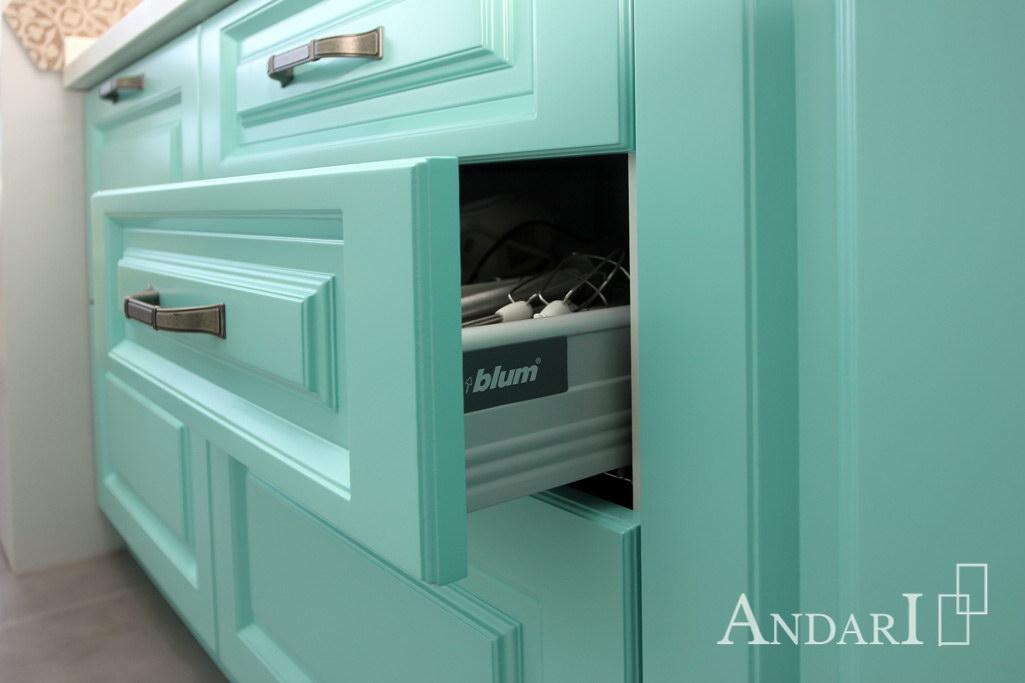 Выдвижной ящик Tandembox Plus Blum на кухне из крашеного МДФ