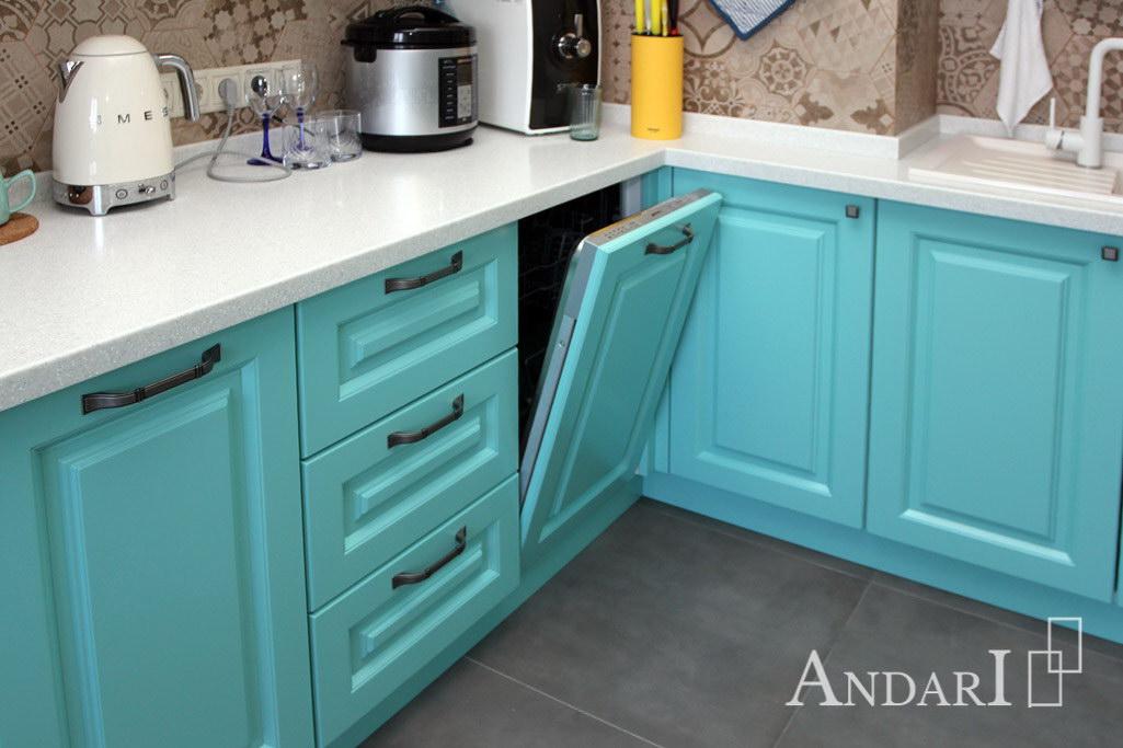 Встроенная посудомоечная машина в угловой кухне с фасадом из крашеного МДФ