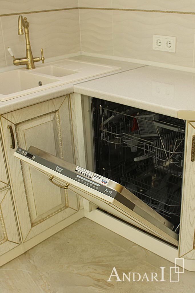 Встроенная посудомоечная машина на кухне в классическом стиле - Андари