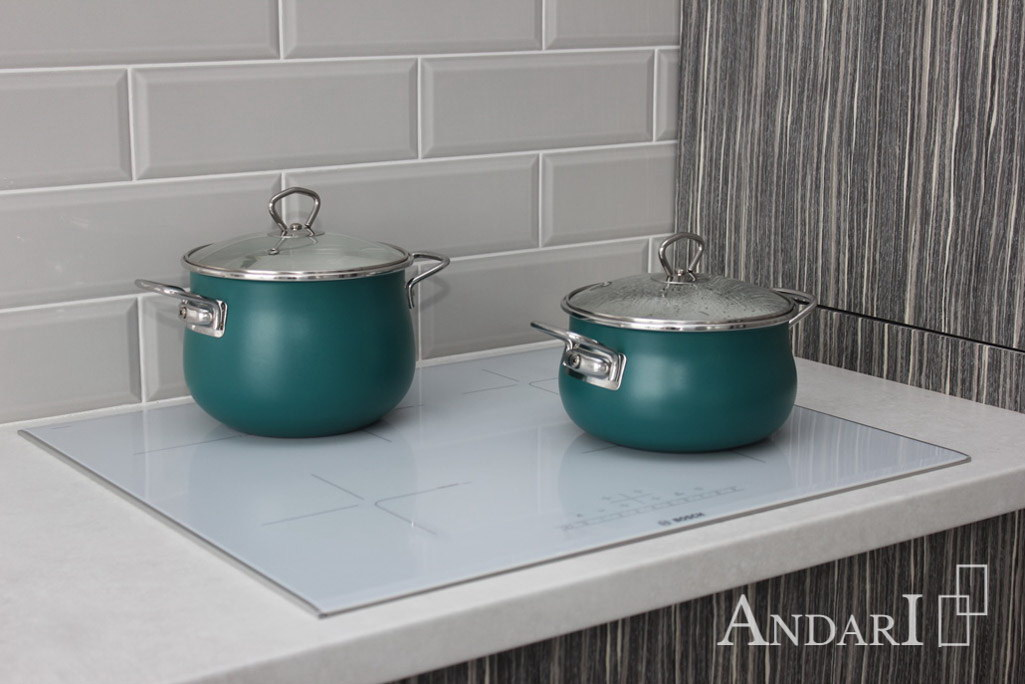 Индукционная варочная панель на кухне из шпона - Андари