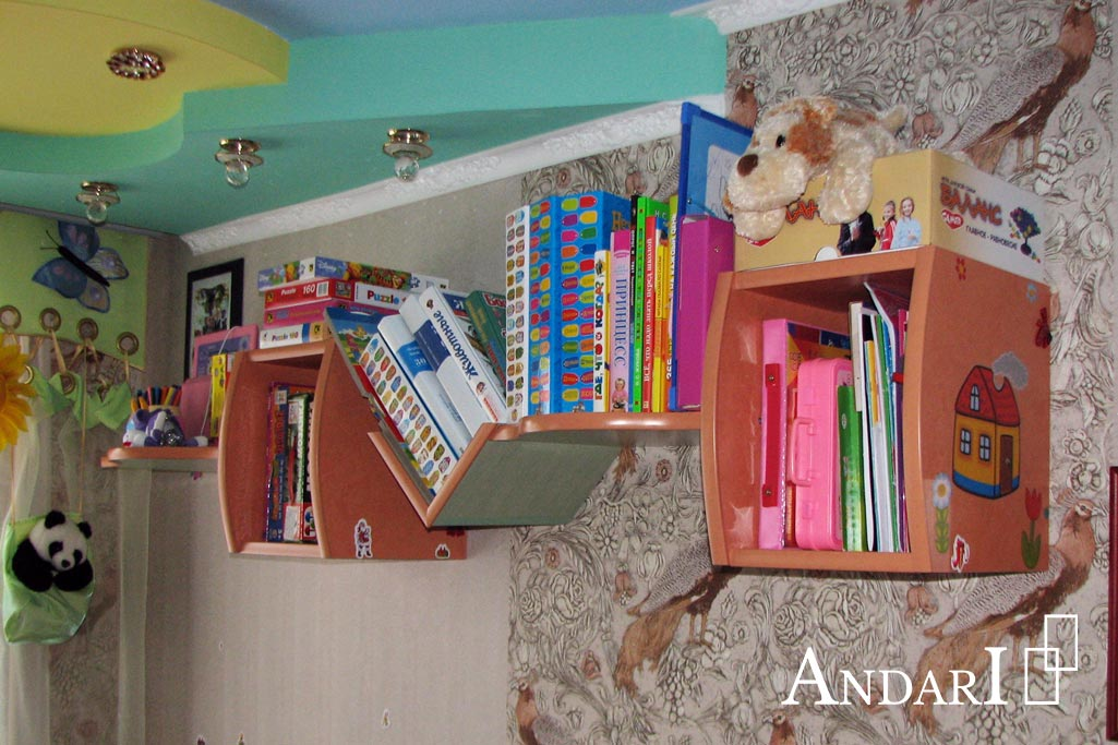 Полка над рабочим столом в детской - фото - Андари