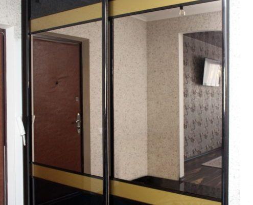 Шкаф-купе с черным стеклом лакобель Андари
