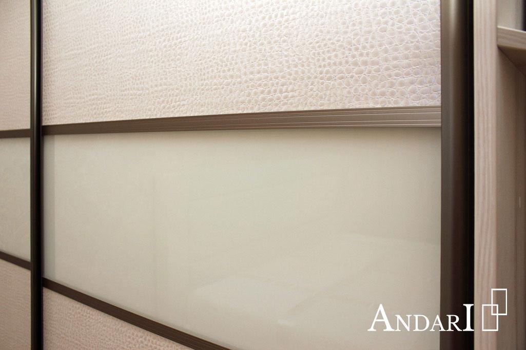 Сочетание экокожи и стекла Лакобель на дверях-купе - Андари