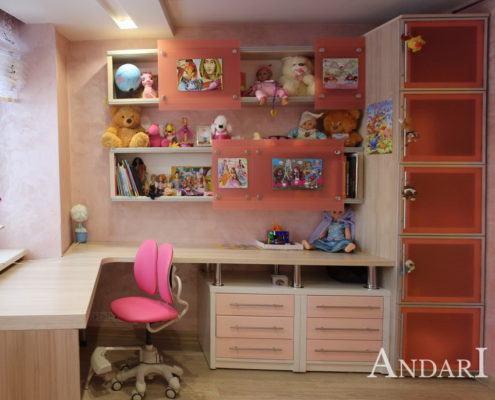 Распашной шкаф, стол, полки в детской - Андари