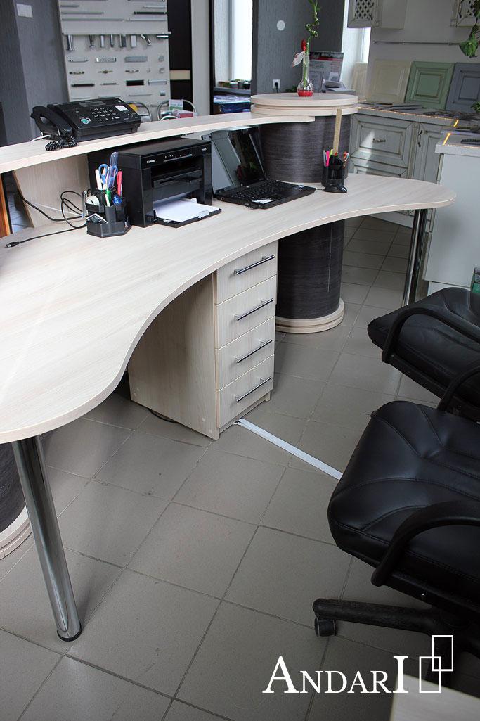 Стойка-ресепшн в мебельном салоне ANDARI