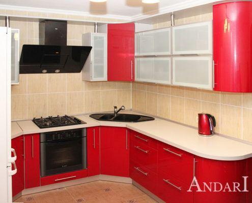Красная угловая кухня с радиусными фасадами