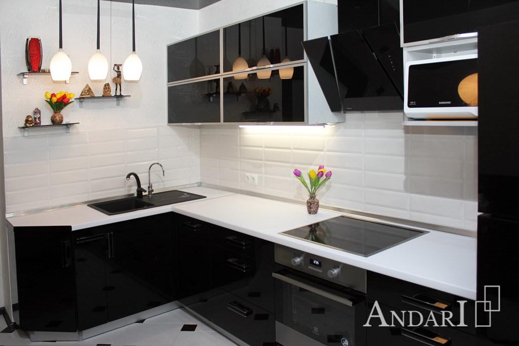 Угловая кухня с черным стеклом