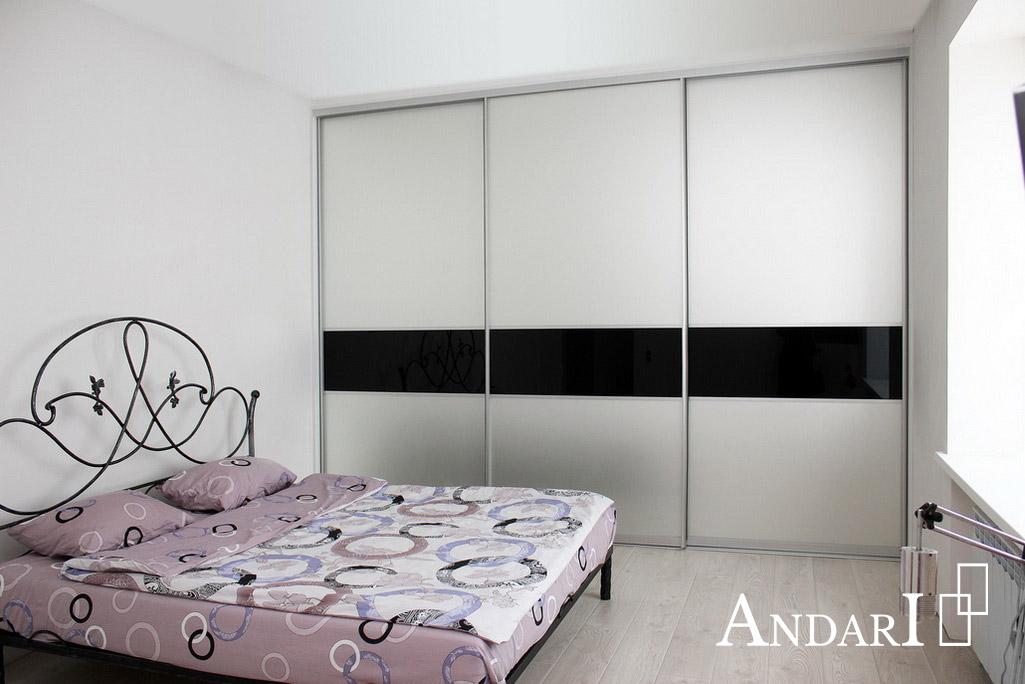 Шкаф-купе в спальне со вставками черного стекла - Андари