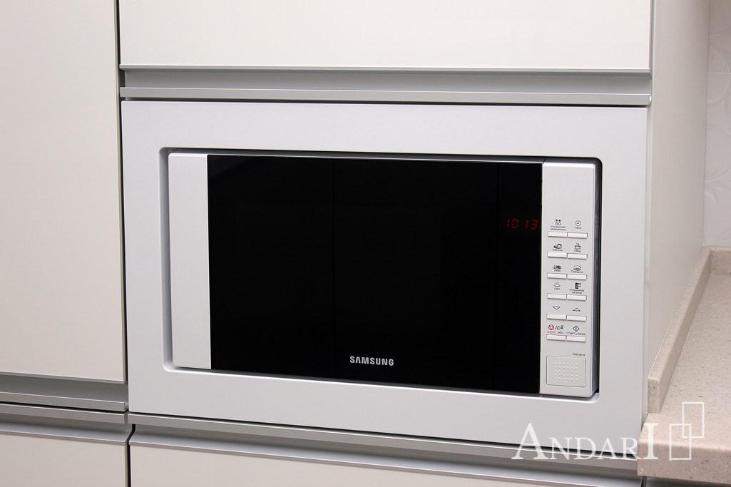 Встроенная микроволновая печь на кухне - Андари