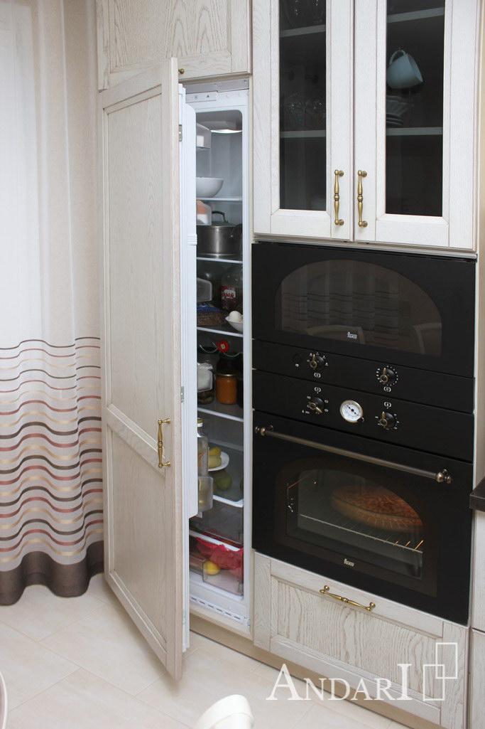 Встроенный холодильник в угловой кухне из массива - Андари