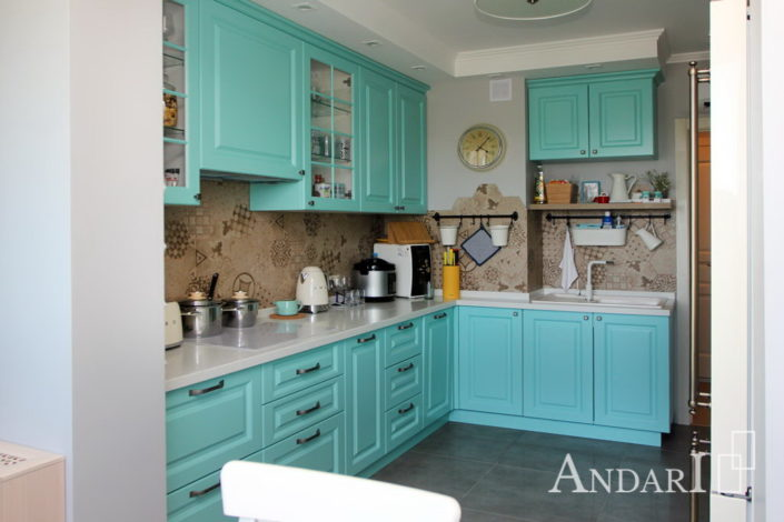 Кухня параллельной планировки с витринами