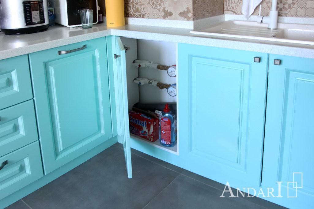 Краны и счетчики в угловой кухне из крашеного МДФ - Андари