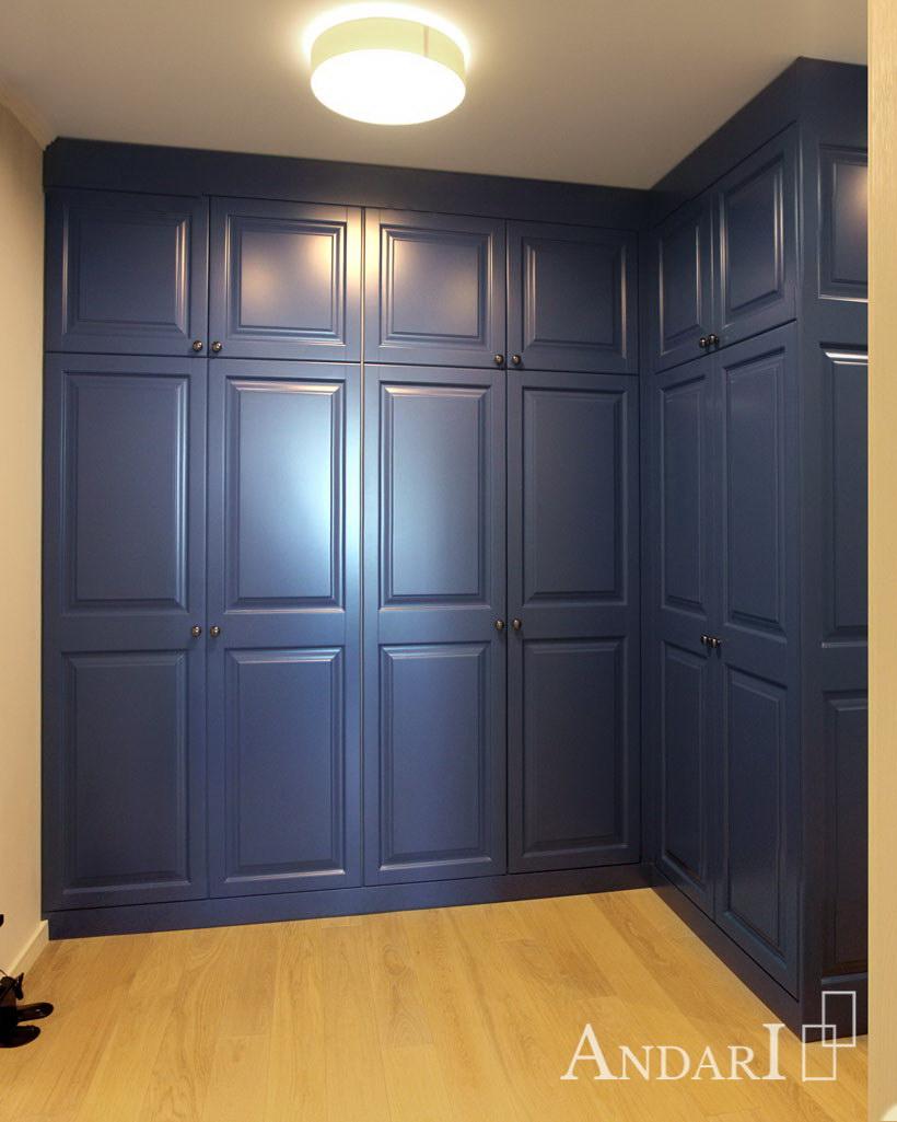 Угловой шкаф с распашными дверями в прихожей Андари