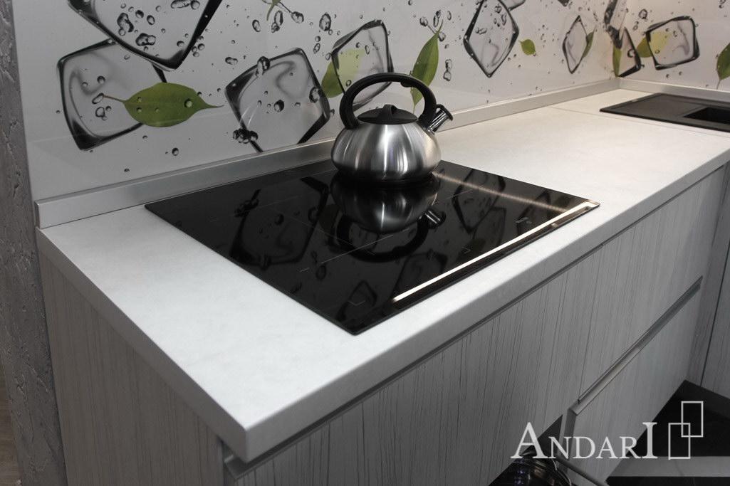 Врезная варочная поверхность из стекла в угловой кухне из пластика - Андари