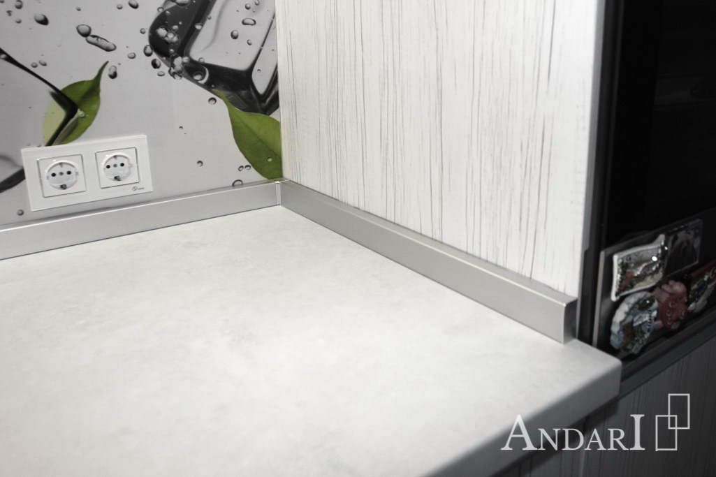 Алюминиевый плинтус в угловой кухне из пластика - Андари