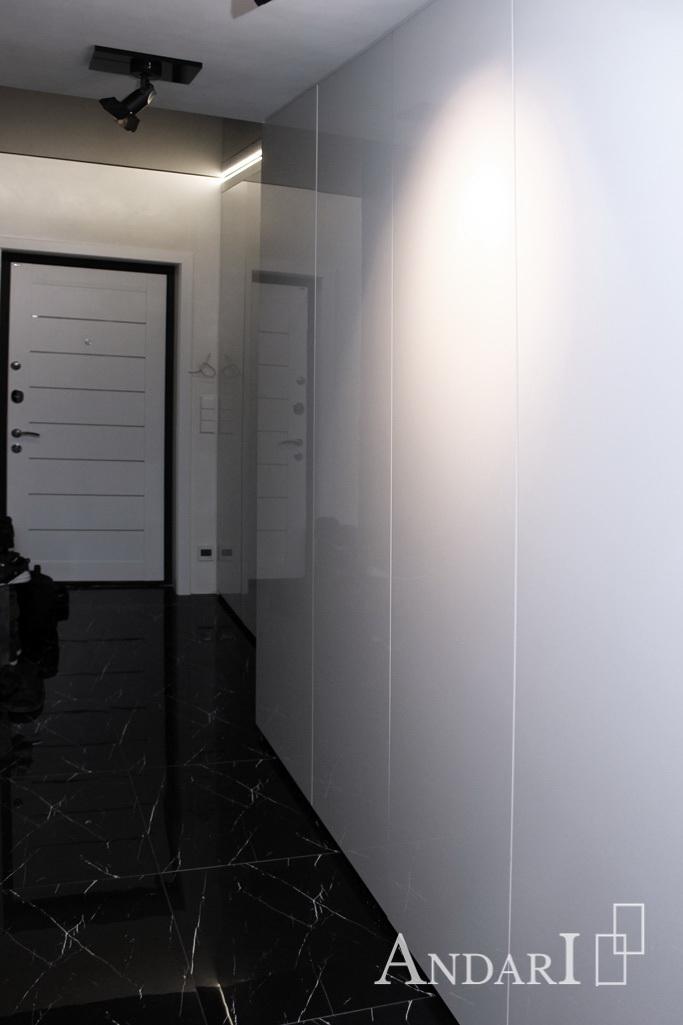 Распашные шкафы без ручек из белого пластика в прихожей
