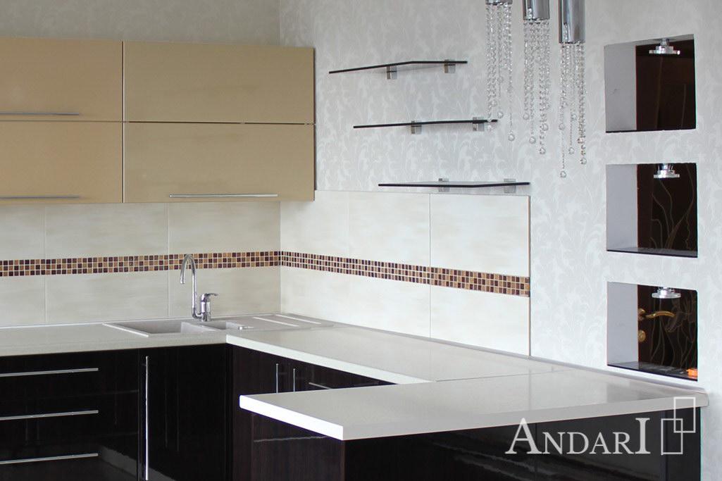 Угловая кухня с фасадами из акрила и стеклянными полками - фото Андари