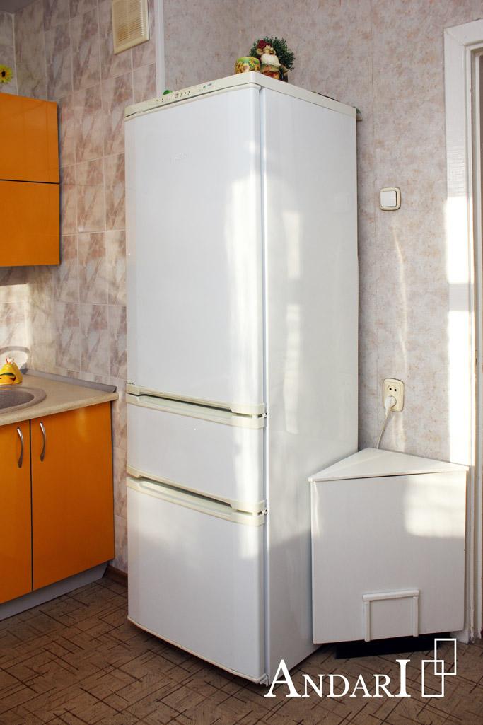 Холодильник рядом с прямой желтой кухней - Андари