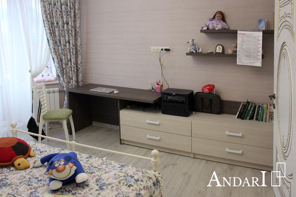 Стол с комодом и полками в детской - Андари