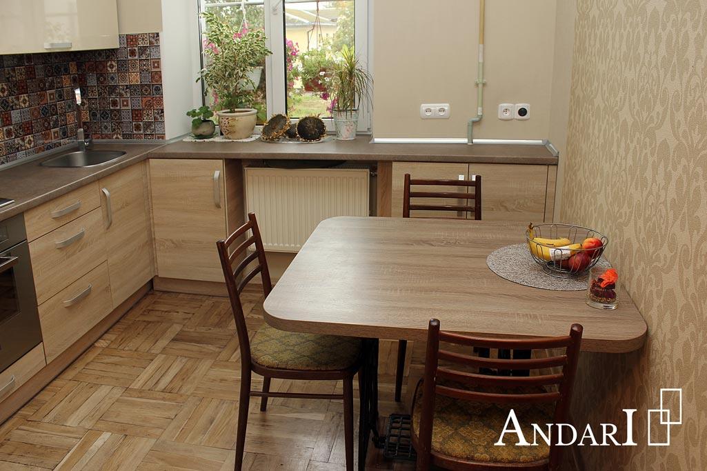 Обеденный стол в цвет фасадов прямой кухни