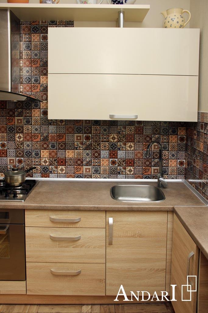 Прямая кухня: широкий ящик для посуды над мойкой