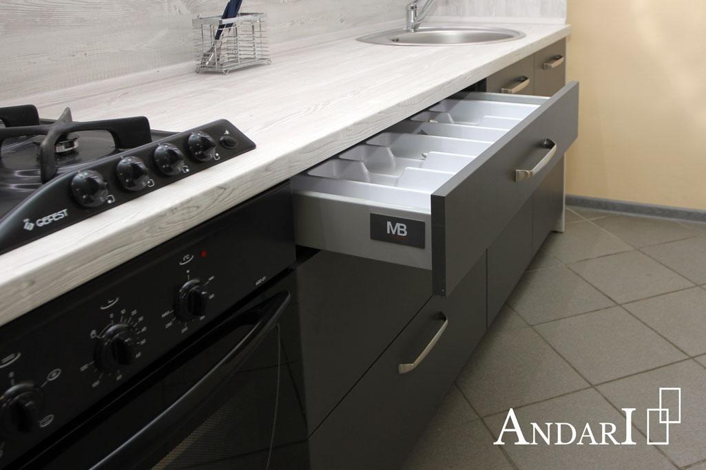 Лоток для столовых приборов на кухне