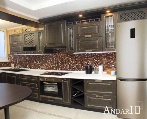 Угловая кухня с патинированными фасадами и барной стойкой