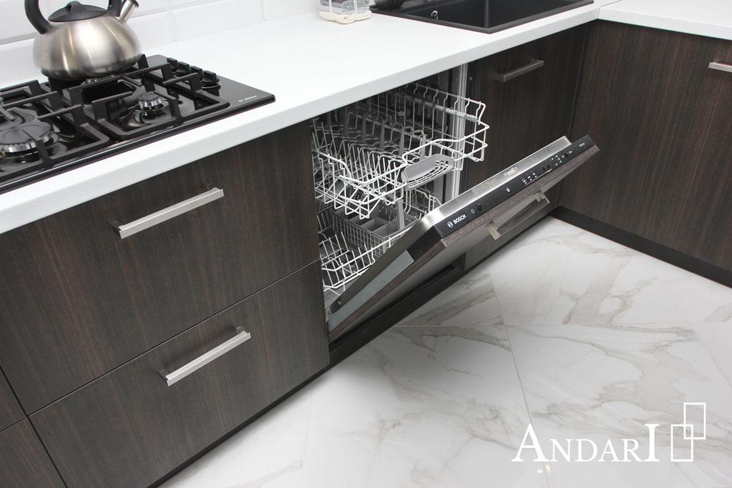 Встроенная посудомоечная машина на кухне