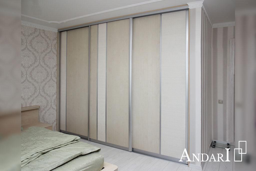 Трехдвреный шкаф-купе в спальне со вставками ротанга