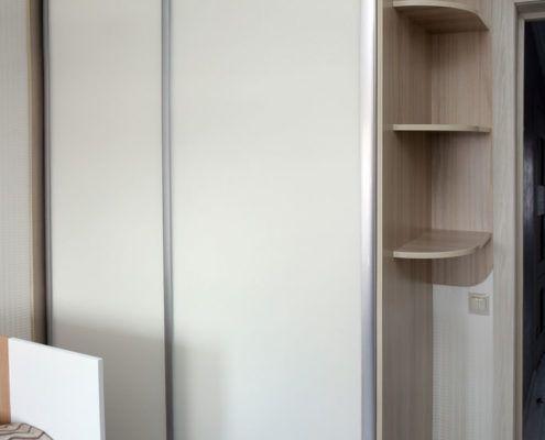 Двухдверный белый шкаф-купе