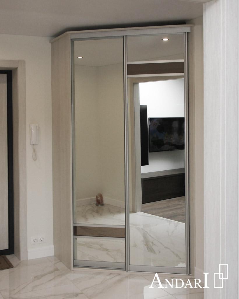 Угловой шкаф-купе с зеркальными дверями