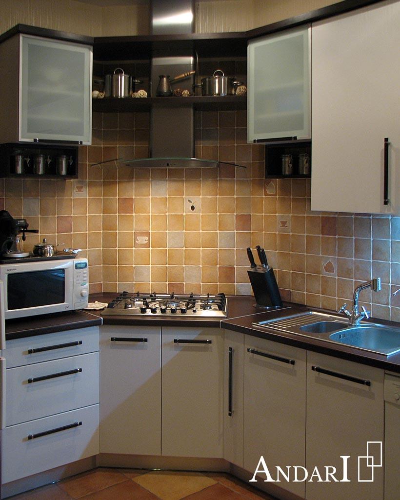 Белая угловая кухня с темной столешницей