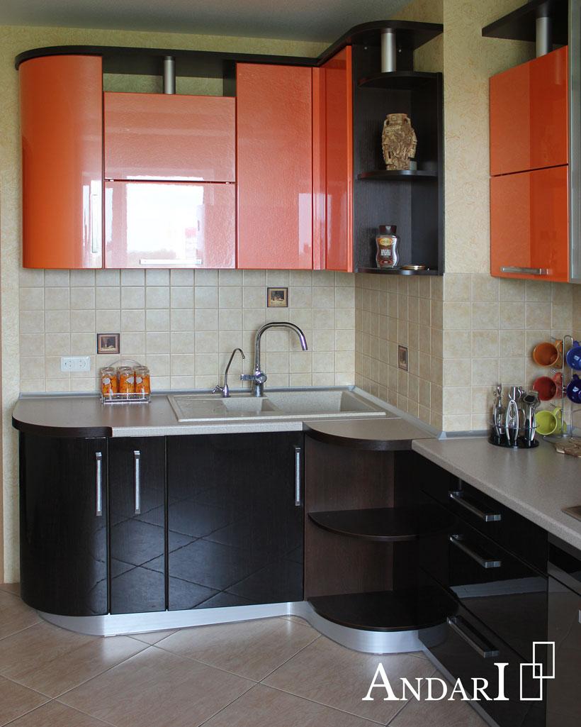 Оранжевая угловая кухня с радиусными фасадами