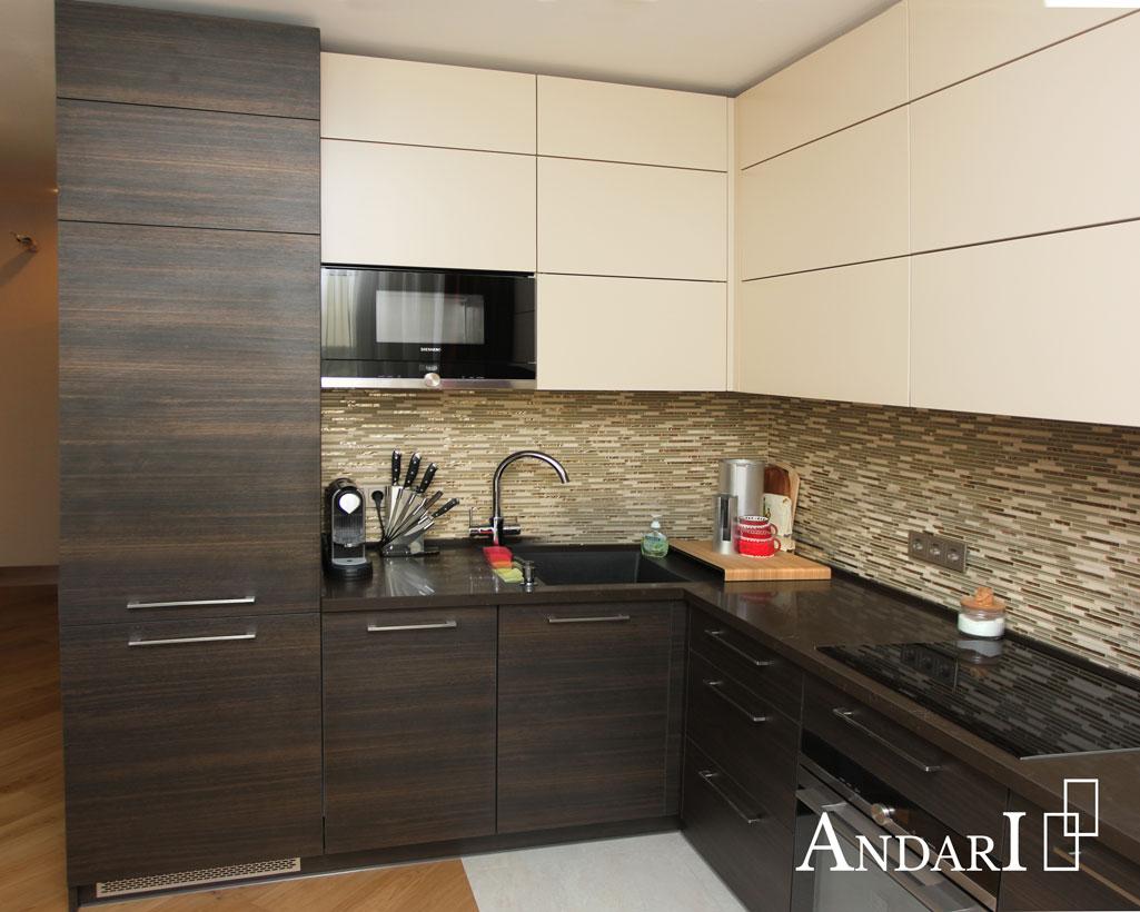 Современная угловая кухня до потолка