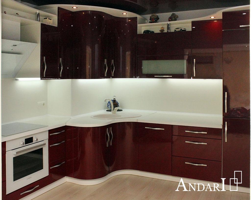Красная угловая кухня с подсветкой и радиусными фасадами