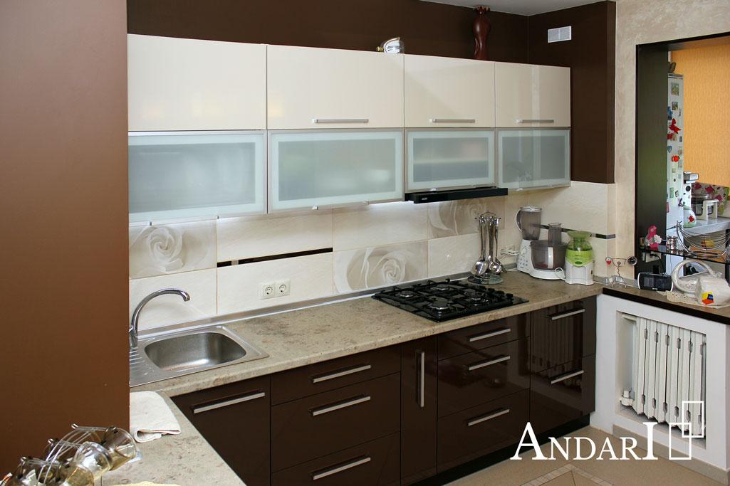 Бежево-коричневая угловая кухня со стеклом