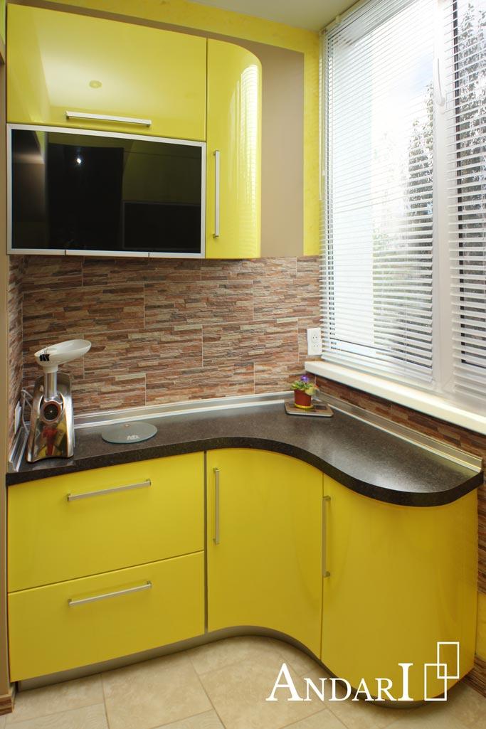 Желтая мини-кухня на балконе