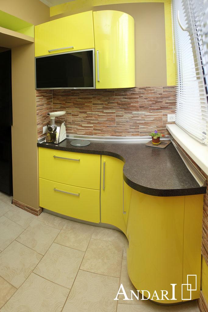 Желтая мини-кухня с радиусными фасадами