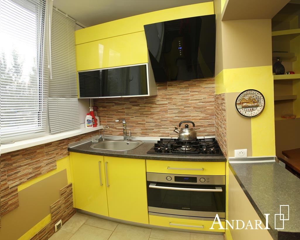 Желтая кухня с радиусными фасадами из крашеного МДФ